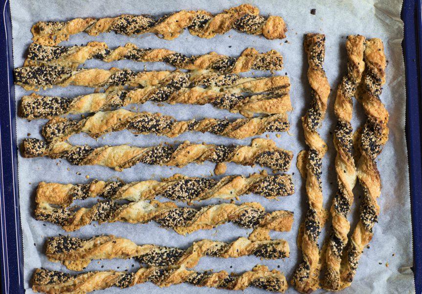 Kanen met Krant: kaasstengels met za'atar, pijnboompitten, sesam en nigella