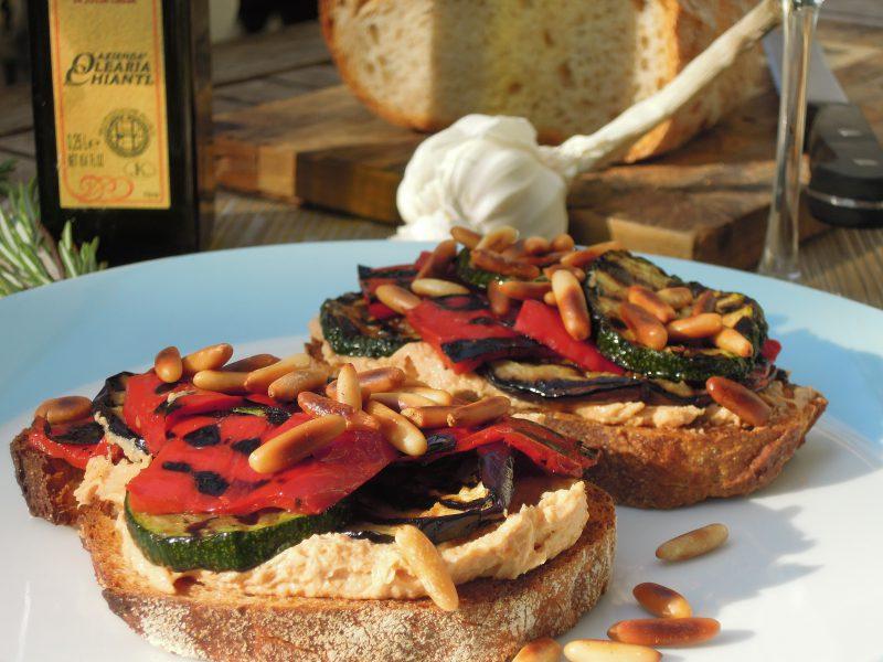 Recept: Bruschetta met rode choemoes en gegrilde groenten