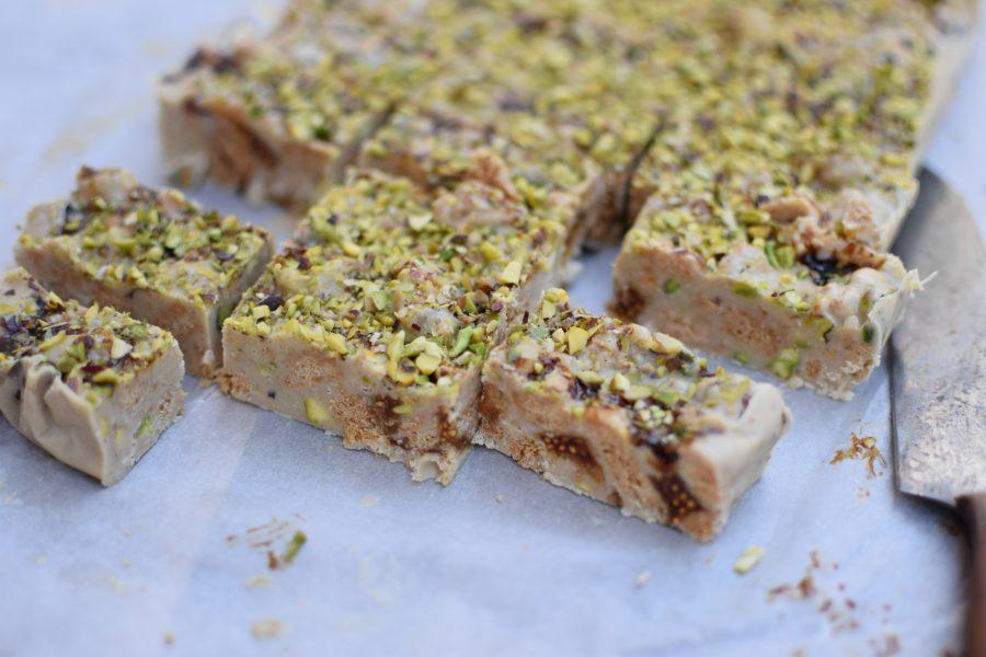 Kanen met Krant: Witte chocolade- en chalvataart met koekjes en cognacvijgen