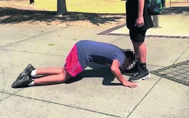 Joodse jongen gedwongen om voeten van moslim te kussen