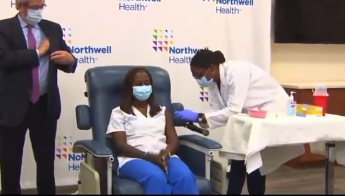 Verpleegkundige van Joods ziekenhuis ontvangt eerste Pfizer-vaccin
